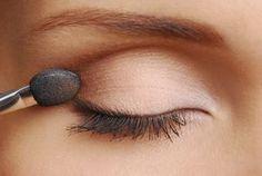 Great eye make-up: 4 steps: apply eye shadow correctly Tolles Augen Make-up: 4 Schritte: Lidschatten richtig auftragen 4 steps: Apply eye shadow correctly - Basic Makeup, Eye Makeup Tips, Smokey Eye Makeup, Smokey Eyes, Makeup Basics, Beauty Makeup, Makeup Box, Makeup Eyeshadow, Applying Eye Makeup