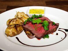 Oxfilé från trakten med rostad potatis och bearnaisesås | Recept från Köket.se Steak, Mat, Food, Gourmet, Meals, Yemek, Eten, Steaks