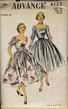 Advance 6122 : Incroyables années 50 robe avec pétoncle décolleté, jupe ample. Buste 34, taille 16. Plis de l