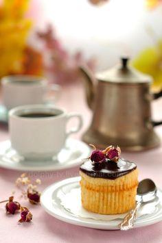Boston Cream Pie Cupcake by dolphy_tv, Boston Cream Pie Cupcakes, Mini Cupcakes, Pastry Shop, Molecular Gastronomy, Plated Desserts, Food Presentation, Food Plating, Pistachio, Panna Cotta