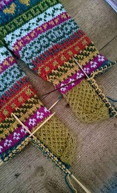 Crochet Socks, Knitted Slippers, Wool Socks, Knitting Socks, Knit Crochet, Fluffy Socks, Diy Presents, Yarn Bombing, Fair Isle Knitting