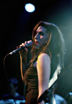 Amy Winehouse performs at the Bristol Academy on November 17, 2004
