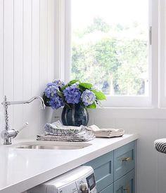 """49 Likes, 1 Comments - Blue & White (@blueewhiteoficial) on Instagram: """"Bom dia! Lavanderia por Blue & White #lavanderia #interiores #interiordesign #flores #flowers…"""""""