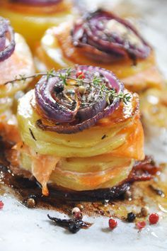 Mille-feuilles de pommes de terre au saumon fumé et oignons caramélisés - recette facile