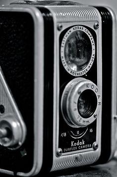 Kodak Duaflex II with Kodar lens. Three f stops and adjustable focus. Antique Cameras, Old Cameras, Vintage Cameras, Photography Tools, Photography Camera, Vintage Photography, Reflex Camera, Camera Lens, Vintage Kodak Camera