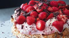 Mandeldrøm med rabarberskum og jordbær