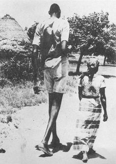 Gabriel Monjane The tallest man Mozambique Portugal Giant People, Tall People, Big People, Rare Pictures, Cool Pictures, Tall Boyfriend Short Girlfriend, Human Giant, Lost Technology, Nephilim Giants