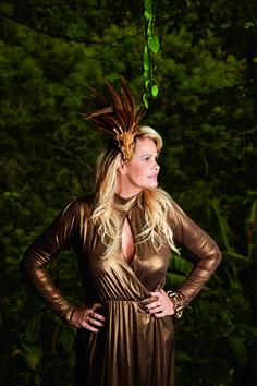 Monique Evans em ensaio especial para revista J.P. Vestido Eva, pulseira Claudia Savelli para Dona Coisa, adereço de cabelo Walério Araújo