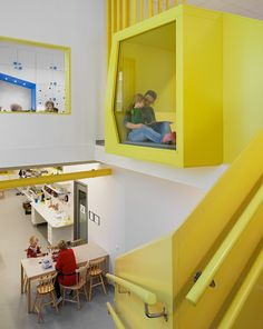 """""""O projeto é também um jogo com cores, elementos amarelos nas áreas comuns e uma cor específica para cada departamento. Muitas das unidades foram projetadas para servir a múltiplos propósitos. Por exemplo, as unidades de depósito foram construídas nas paredes como nichos coloridos, servindo também como cavernas e cabanas para as crianças."""""""