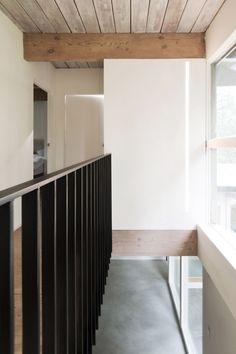 Prachtig huis in de bergen met white-washed hout en keukenblad van marmer - Roomed   roomed.nl