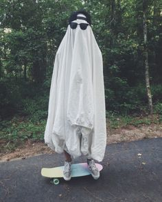 Image shared by Netta. Find images and videos about funny, grunge and aesthetic on We Heart It - the app to get lost in what you love. Ghost Photography, Grunge Photography, Halloween Photography, Aomine Kuroko, Sheet Ghost, Ghost Costume Sheet, Ghost Costumes, Instagram Baddie, Ghost Photos