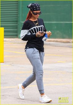Rihanna Photos - Singer Rihanna spotted out and about in New York City, New York on May Rihanna was returning home after running some errands in the city. - Rihanna Out and About in NYC Estilo Rihanna, Mode Rihanna, Rihanna Style, Rihanna Fenty, Sweatpants Chic, Cute Sweatpants Outfit, Style Outfits, Casual Outfits, Fashion Outfits