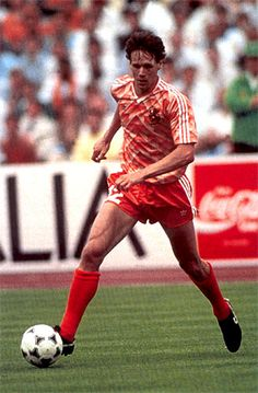 Marcel van Basten, más conocido como Marco van Basten (Utrecht, Países Bajos, 31 de octubre de 1964), es un ex futbolista neerlandés, considerado uno de los mejores delanteros de la historia del fútbol. Una grave lesión le apartó de los terrenos de juego, obligándole a retirarse en 1995, aunque jugó su último partido en 1993.