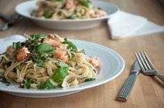 En skøn og enkel hverdags pastaret med laks og basilikum som kan varieres efter ønske og smag - den gode pasta opskrift får du lige her