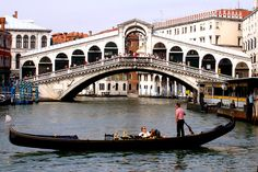 Gondola e il ponte di Rialto, Canal Grande, Venezia (Italia) Beautiful Sites, Beautiful Places In The World, Oh The Places You'll Go, Great Places, Places To Travel, Italian Life, Rialto Bridge, Grand Canal, Northern Italy