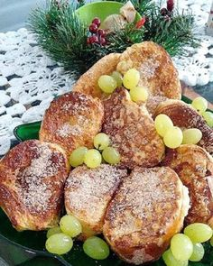 A Rabanada na AirFryer é uma alternativa deliciosa para quem ama esse doce tradicional natalino, mas está em uma dieta de restrição de calorias e/ou gorduras ou simplesmente se preocupa em manter a forma. A rabanada na AirFryer é a mesma receita da rabanada tradicional, com a diferença de que ela é frita sem óleo, por isso fica muito saudável. Polish Recipes, Coffee Break, Pretzel Bites, Cake Cookies, Carne, Delicious Desserts, Fries, French Toast, Food And Drink