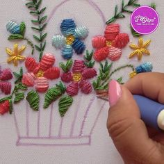 Hand Embroidery Patterns Flowers, Basic Embroidery Stitches, Hand Embroidery Videos, Embroidery Stitches Tutorial, Embroidery Flowers Pattern, Creative Embroidery, Simple Embroidery, Hand Embroidery Designs, Crewel Embroidery