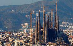 TEMPLOS 18 - LA SAGRADA FAMILIA, ESPAÑA Un lugar patrimonio de la humanidad de UNESCO, situada en Barcelona. Su construcción comenzó en 1882 y se dice que terminará en 2016.