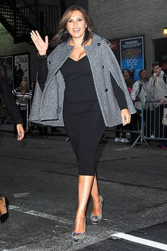 Love that cape! Mariska Hargitay looked incredible arriving at the Letterman show.