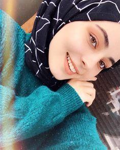 Image may contain: one or more people and closeup Modest Fashion Hijab, Modern Hijab Fashion, Muslim Women Fashion, Casual Hijab Outfit, Hijab Chic, Cute Girl Poses, Cute Girl Photo, Cute Girls, Hijabi Girl