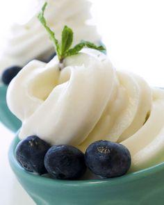 Frisch, fein, leicht. Mit diesem Frozen Joghurt Rezept machen Sie alles richtig. Und brauchen nicht einmal eine Eismaschine.