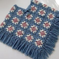 New Photographs Granny Squares poncho Strategies Crochet Granny Squares perform up quickly, yet weaving in all the stops takes time. Crochet Baby Poncho, Crochet Poncho Patterns, Granny Square Crochet Pattern, Crochet Granny, Baby Knitting, Knitting Patterns, Crochet Yarn, Granny Square Häkelanleitung, Granny Squares