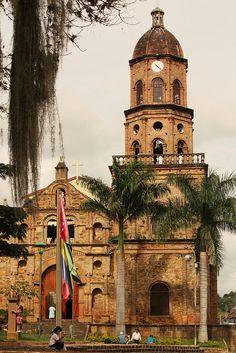 Colombia - La iglesia en la plaza central del pueblo artesano Curiti, Santander.