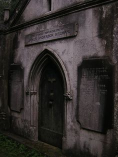 The attitude of English society s. XIX to death and symbolism led to a recovery of Gothic tombs and buildings in the cemetery.