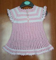 Vestido de ganchillo hecho a mano del bebé. Tamaño: recién nacido - 2 meses. Material: 100% algodón hilo. Colores: rosa y blanco.
