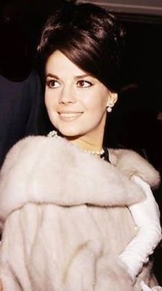 Natalie wearing a fur wrap She Was Beautiful, Most Beautiful, Beautiful Women, Timeless Beauty, Classic Beauty, Splendour In The Grass, Miracle On 34th Street, Natalie Wood, Famous Stars