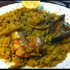 Paella mixta en Barcelona.  Para ser una paella de menu muy exquistita y sabrosa la verdad recomiendo probarla la preparan todos los jueves por Karlos Solís Barbero  http://www.onfan.com/es/especialidades/molins-de-rei/the-queen-lara/paella-mixta?utm_source=pinterest&utm_medium=web&utm_campaign=referal