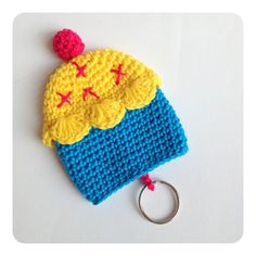 Sweet Key Cover Cupcake by SweetHandmadeCrochet on Etsy Crochet Chart, Diy Crochet, Crochet Dolls, Crochet Key Cover, Amigurumi Patterns, Crochet Patterns, Small Crochet Gifts, Crochet Keychain, Key Covers