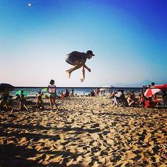 Quando o corpo pede e o céu inspira! #slackclick #slackline #trickline #beach #energy #lifestyle #fly #chile