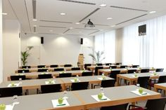 Haus der Wirtschaft  Tagungsraum 1:  Das Haus der Wirtschaft verfügt über eine Vielzahl an großzügigen Tagungs-, Veranstaltungs- und Seminarräumen in zentraler und verkehrsgünstiger Lage direkt in der City West von Berlin. Mieten Sie unsere vielseitig einsetzbaren Räume für Seminare, Konferenzen, Empfänge oder jede andere Veranstaltung. Auf insgesamt 680m² stehen Ihnen 10 Räume in unterschiedlichen Größen zur Verfügung.