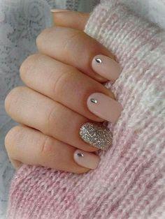 naegel-mit-glitzer-ein-steinchen-auf-jedem-nagel-in-fein-rosa-farbe-lackiert-und-glitzer-silbern