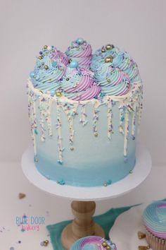 Round Birthday Cakes, Candy Birthday Cakes, Birthday Party Treats, Birthday Cakes For Teens, Birthday Recipes, Cake Decorating Classes, Cake Decorating Tutorials, Donut Recipe From Scratch, Blue Drip Cake