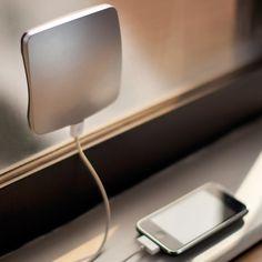 Un chargeur solaire de fenêtre, universel, de couleur au choix à fixer sur une surface vitrée pour une exposition optimale au soleil et charger ainsi tous vos appareils.
