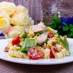 Salată Caesar cu pui și paste - o rețetă simplă cu un gust minunat, care neapărat va face mari furori! - savuros.info Pasta Salad, Ethnic Recipes, Food, Salads, Crab Pasta Salad, Essen, Meals, Yemek, Eten