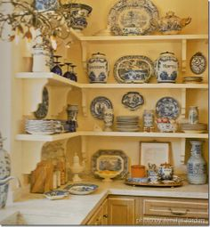 Traditional country kitchens are a design option that is often referred to as being timeless. Over the years, many people have found a traditional country kitchen design is just what they desire so they feel more at home in their kitchen. French Country Kitchens, French Country House, Country Blue, Vintage Country, Country Farmhouse, New Kitchen, Kitchen Decor, Kitchen Design, Kitchen Corner