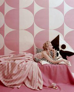 Vintage photography I glamourous fashion I pink geometrical wallpaper I print flared dress I 50´s I fifties @monstylepin