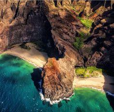 Kalalau Cliffs in Hawaii, perfecting dual private beaches ///