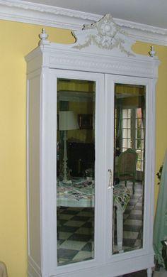 Sur cette armoire Napoléon III, une patine blanche a été utilisée pour le corps du meuble et les rehauts sculptés ont été peints en gris... (Benita-Loca.com)