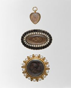 Memento mori all ca. 1850, U.S. made. From top to bottom: heart-shaped locket: oval brooch:  circular brooch. Inscription: Engraved on underside: Chas (s superscript). T. Evans, / Obt (t superscript). at sea, / Sept. 20th (th superscript with 2 dots underneath) 1852. / AE · 39 yrs.