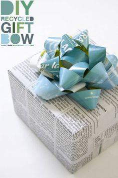 Rosette de paquet-cadeau en bandes de papier recyclé