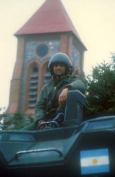 El tanquista argentino Eduardo Parada en su vehículo anfibio Amtrac. De fondo, la torre de la iglesia anglicana de la ciudad