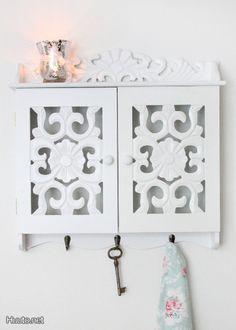 Maalaisromanttinen seinäkaappi / Rustic wall-hung cupboard