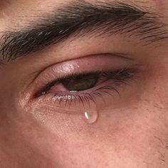 Qui fait pleurer ce jeune homme, c'est cruel...