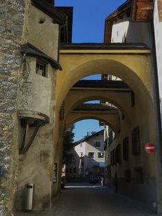 Arcades reliant la Dorfturm et la maison Planta, via Maistra, Zuoz, district de Maloja, Engadine, canton des Grisons, Suisse