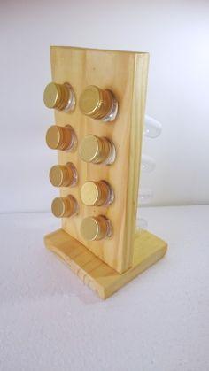 Porta temperos feito com madeira maciça, vertical, para oito tubetes, podendo ser as tampas dourada, prateada ou colorida. Envio para todo o Brasil. Em Curitiba, entrego em mãos.