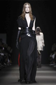 Ann Demeulemeester Ready To Wear Fall Winter 2015 Paris Live Fashion, Fashion Show, Fashion Design, Party Fashion, Runway Fashion, Edgy Outfits, Fashion Outfits, Gothic Outfits, All Black Looks